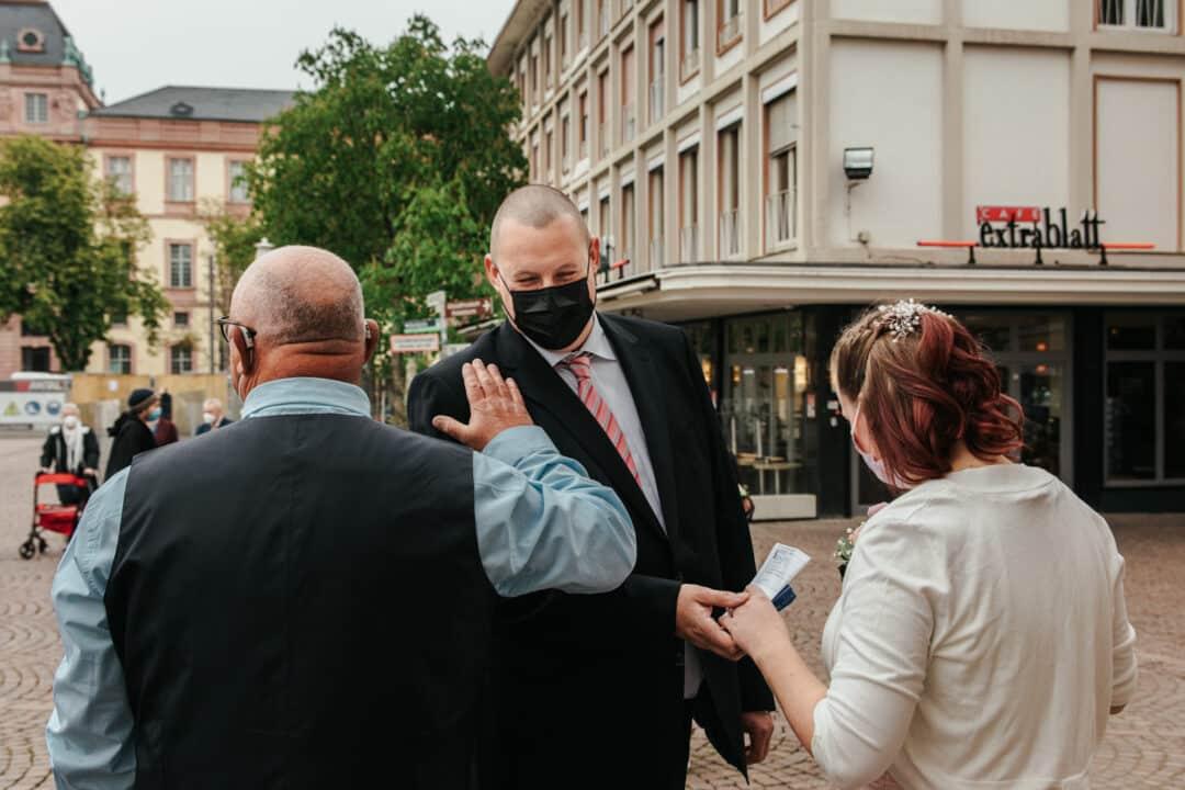 Übergabe der Braut an den Bräutigam vor dem Standesamt Darmstadt