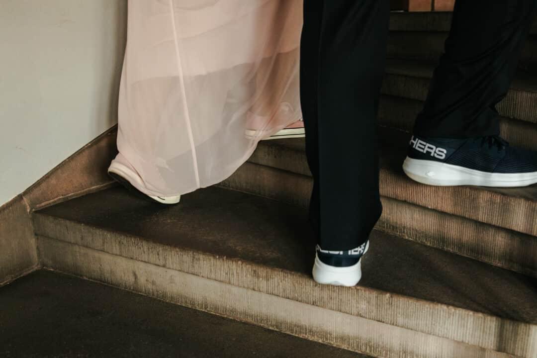 Brautpaar läuft Treppen hoch zum Standesamt Darmstadt
