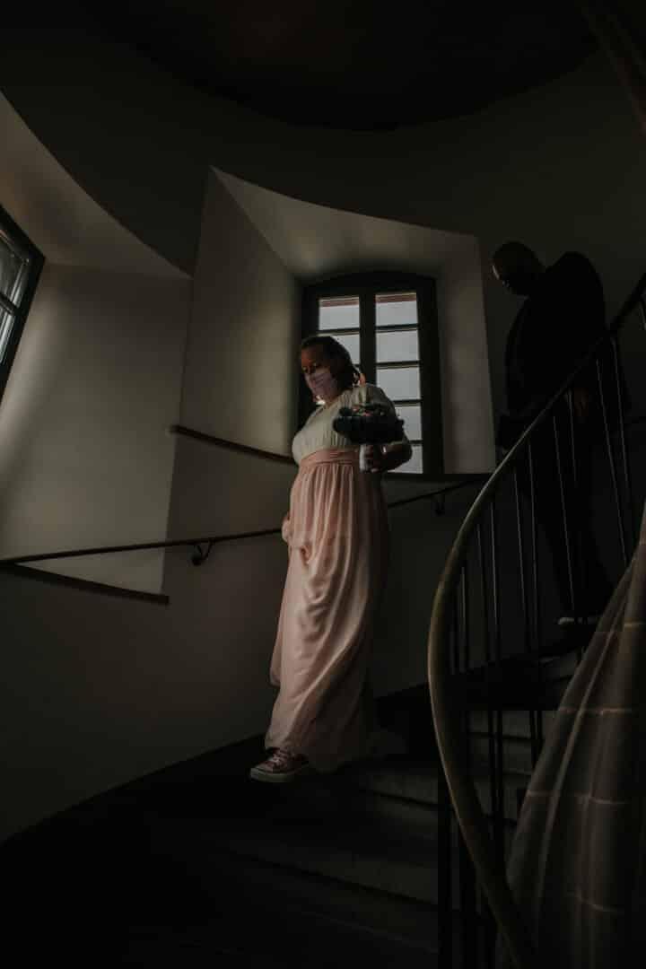 Braut läuft die Treppen des Standesamt Darmstadt herunter.