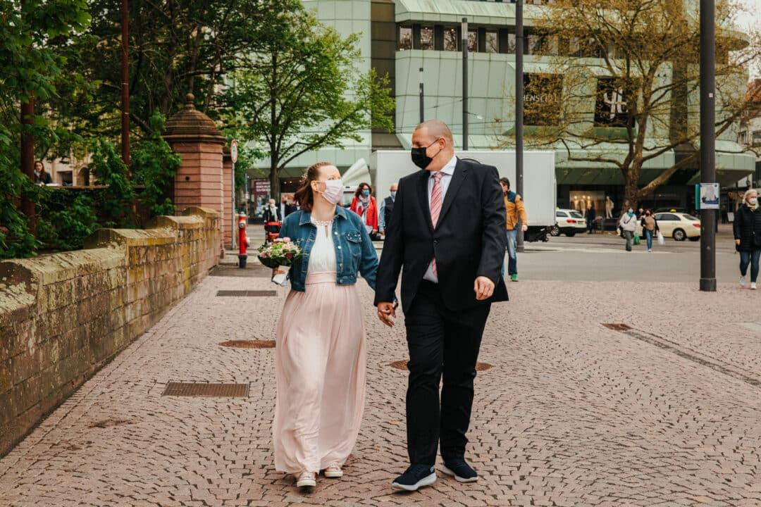 Brautpaar läuft mit Mundschutz durch die Innenstadt von Darmstadt