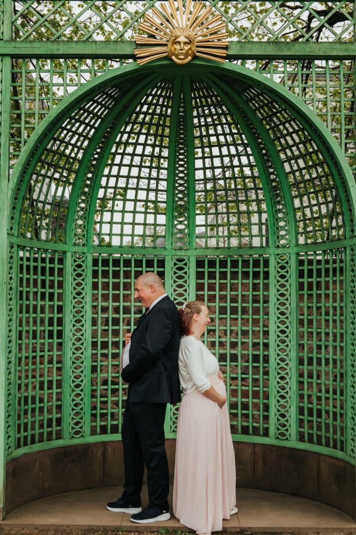 Mann und Frau halten ihre dicken Bäuche im Prinz-Georg-Garten Darmstadt