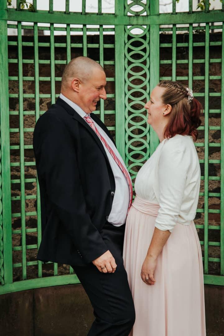 Mann und Frau halten ihre dicken Bäuche aneinander im Prinz-Georg-Garten Darmstadt