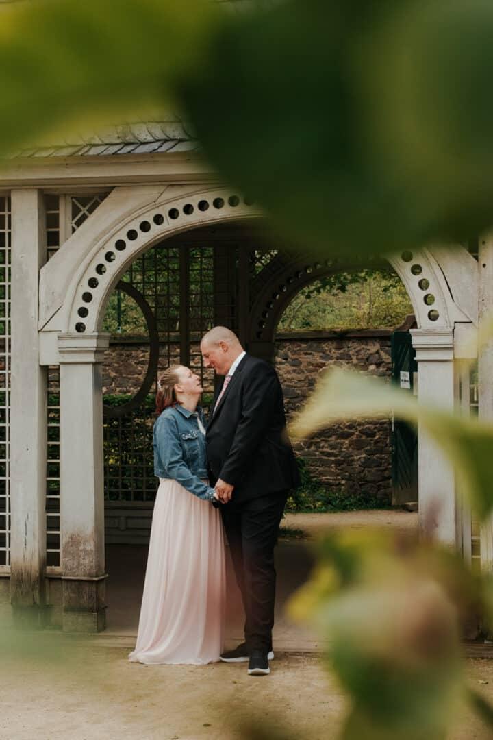 Braut und Bräutigam stehen vor einer Pagode und schauen sich an im Prinz-Georg Garten in Darmstadt