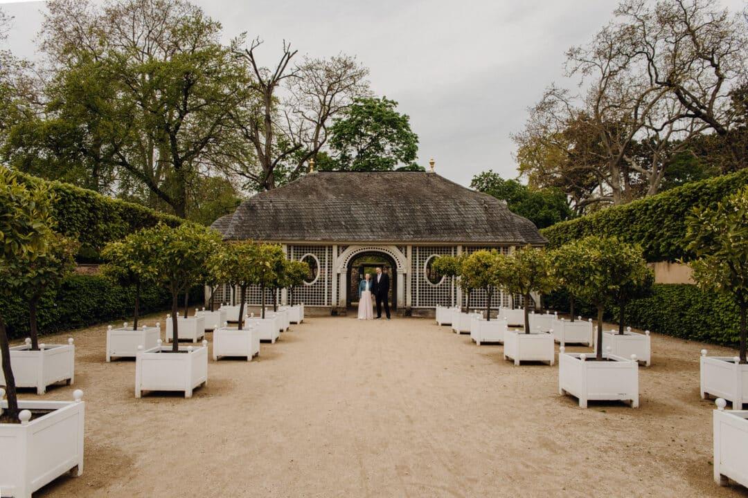 Braut und Bräutigam stehen vor einer Pagode im Prinz-Georg Garten in Darmstadt