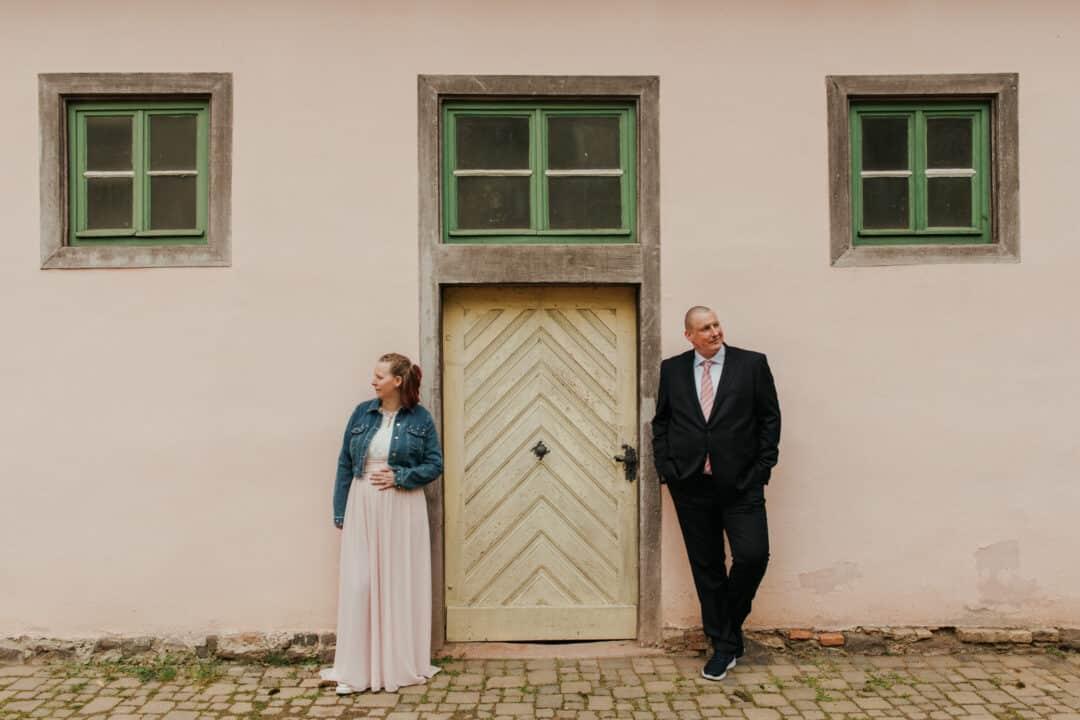 Braut und Bräutigam vor einer Hauswand im Prinz-Georg Garten in Darmstadt