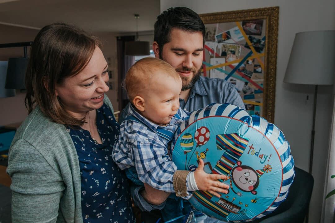Eine Familie mit kleinem Jungen der einen Ballon hält