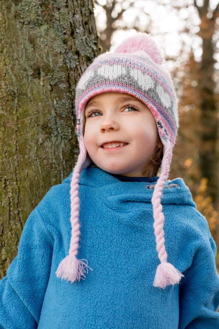 Kleines Mädchen schaut suess bei Kinderfotos in Darmstadt im Herbst