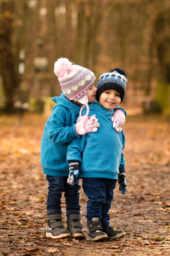Schwester umarmt ihren Bruder bei herbstlichen Familienfotos in Darmstadt
