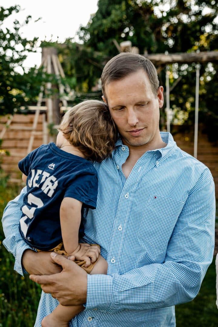 Vater hält Sohn im Arm und tröstet ihn