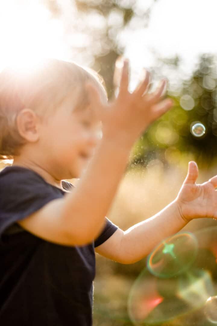 Bewegungsbild mit Gegenlicht von einem Kind