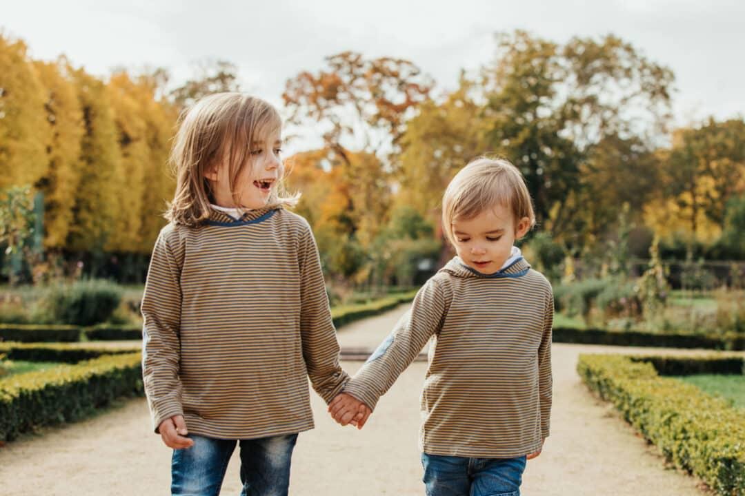 Zwei Kinder Hand in Hand im Park