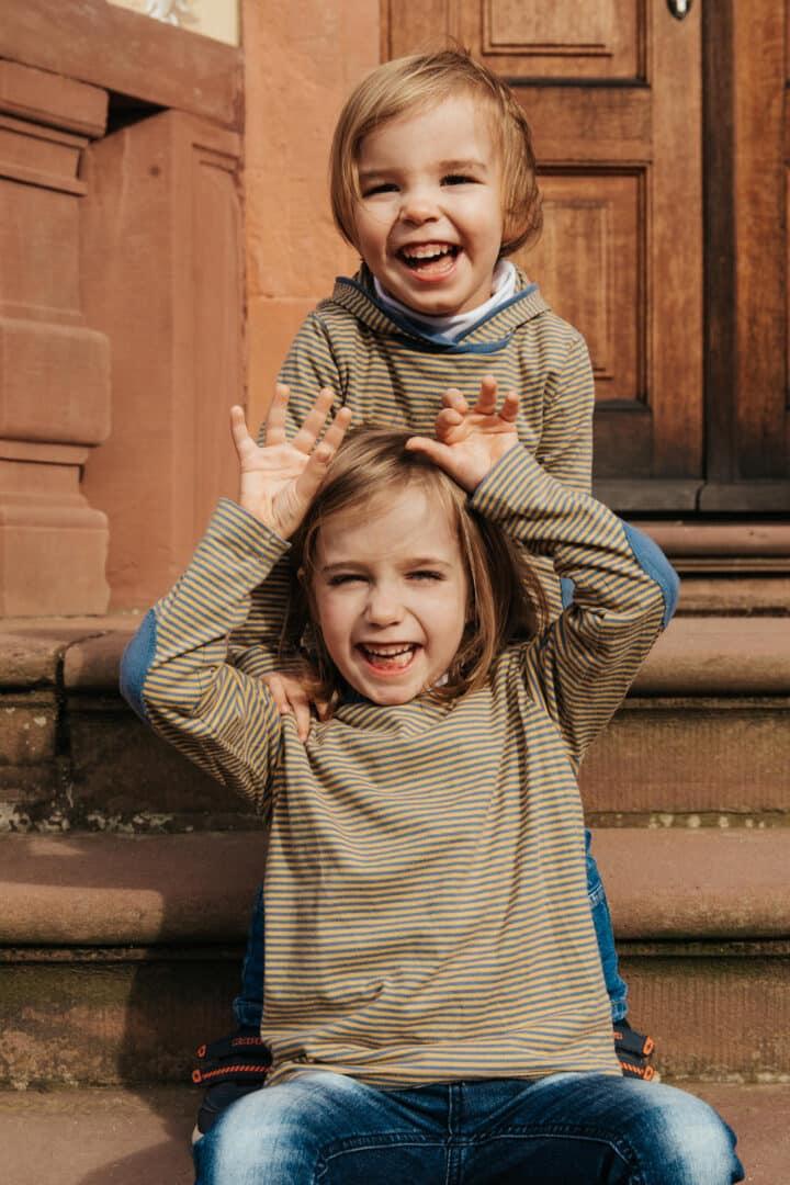 Zwei Kinder machen grimasen in Fotokamera