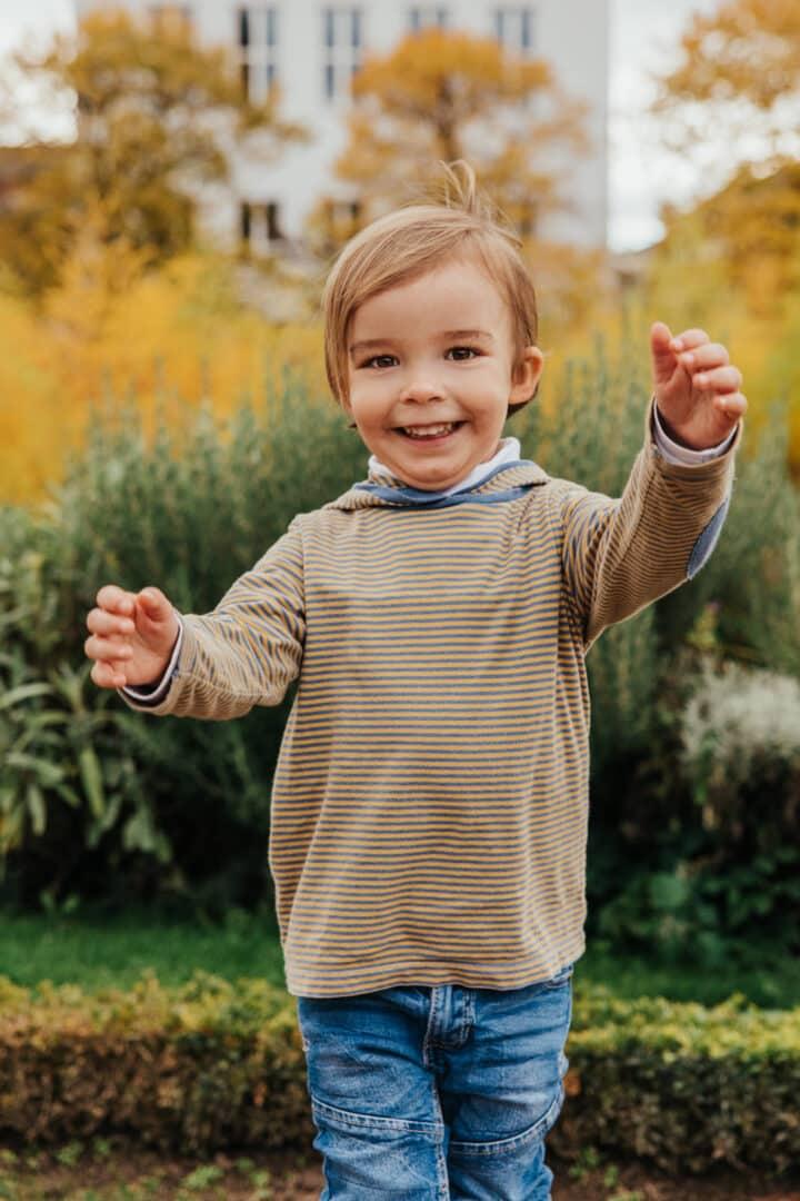Ein Junge lacht in die Kamera
