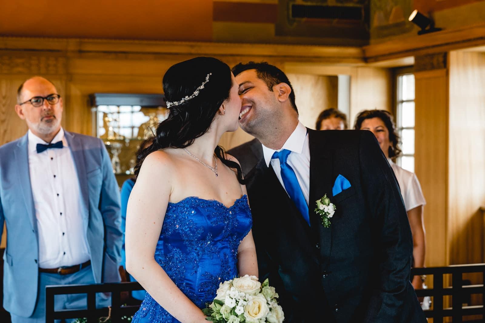 Braut und Bräutigam küssen sich nach dem Ja Wort