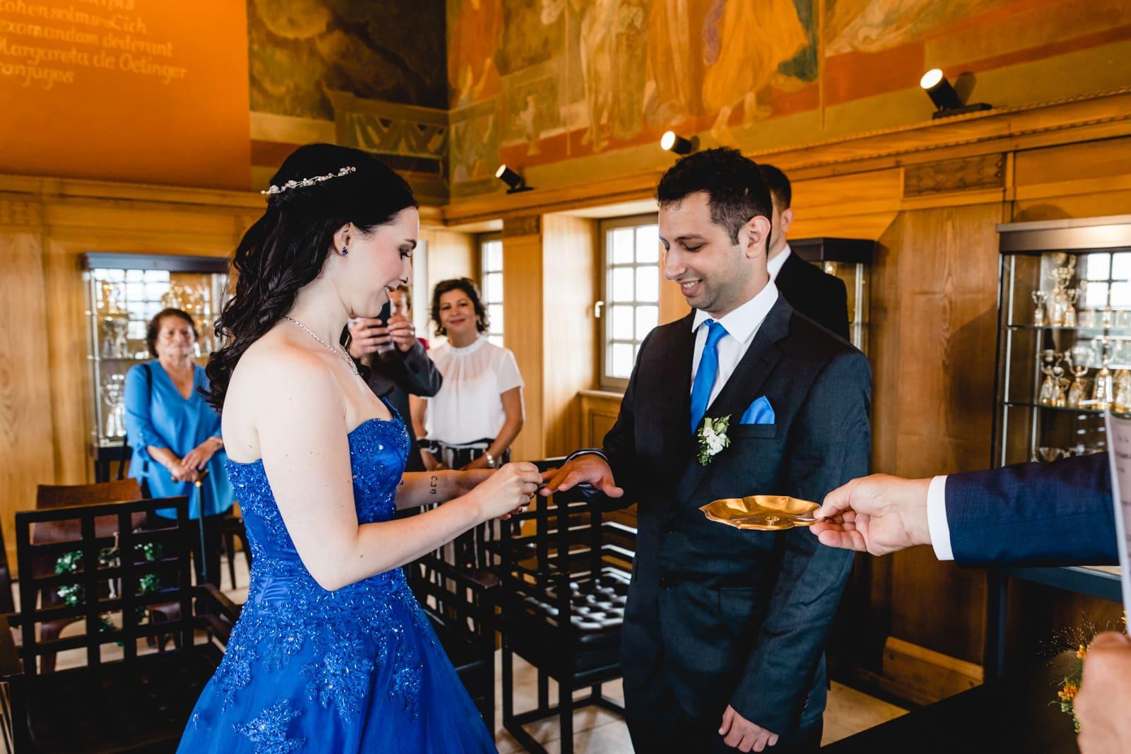 Braut steckt ihrem Bräutigam seinen Ehering an im Hochzeitsturm Darmstadt