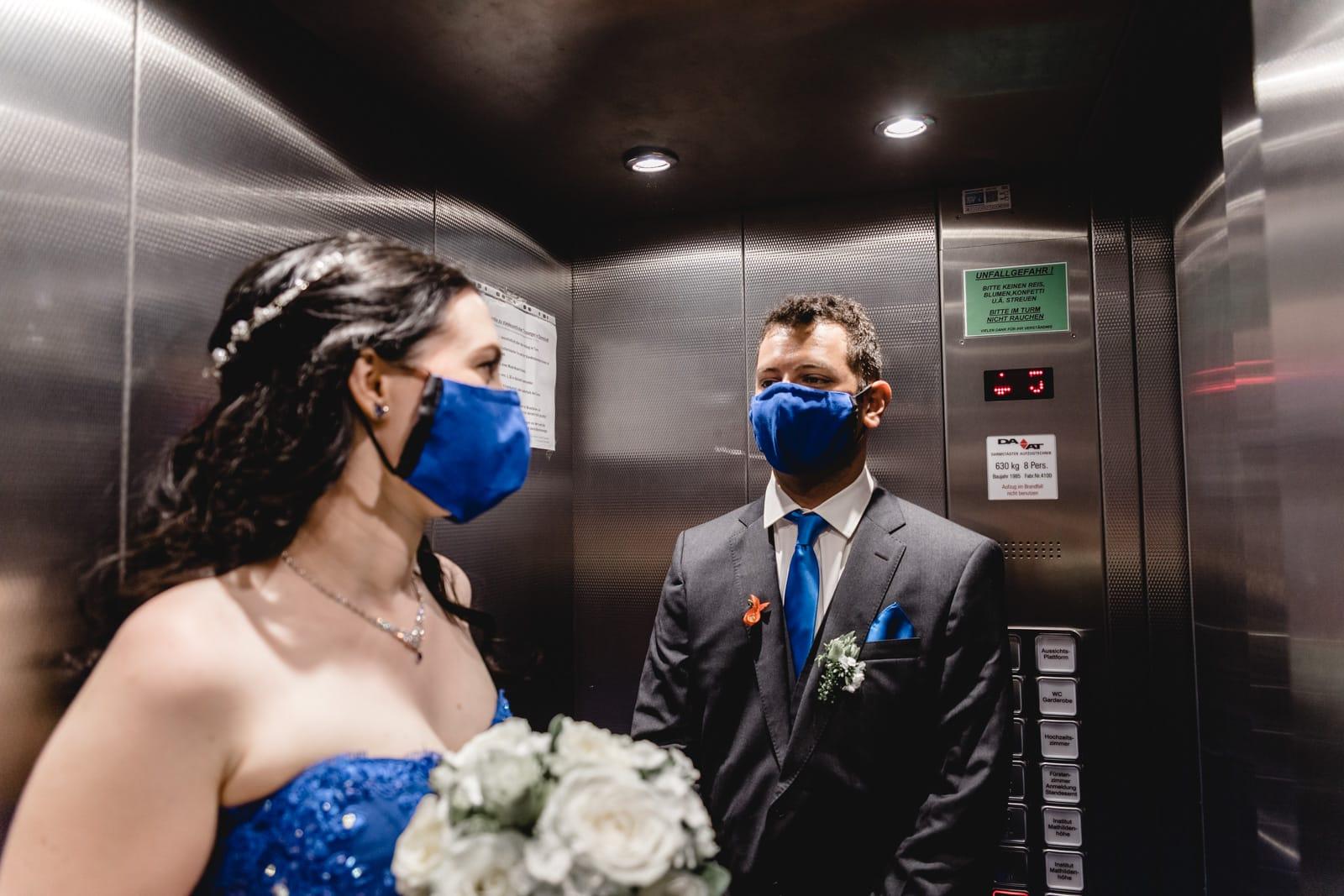 Brautpaar im Aufzug des Hochzeitsturm