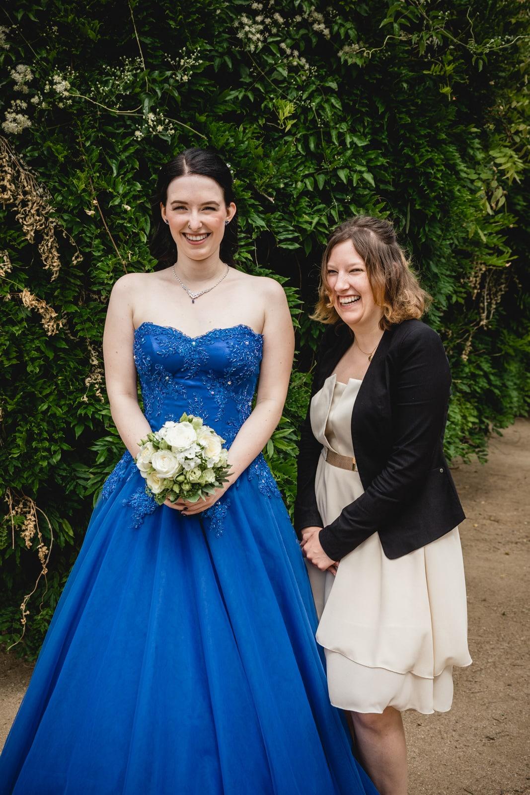 Braut lacht mit Trauzeuging