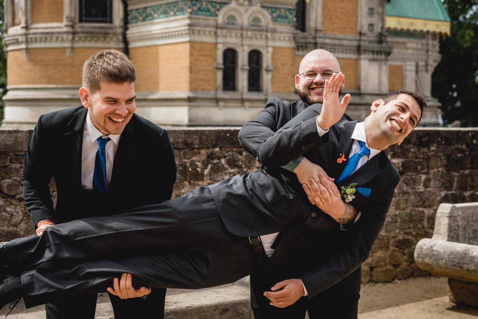 Bräutigam wird von seinen Trauzeugen hochgehoben