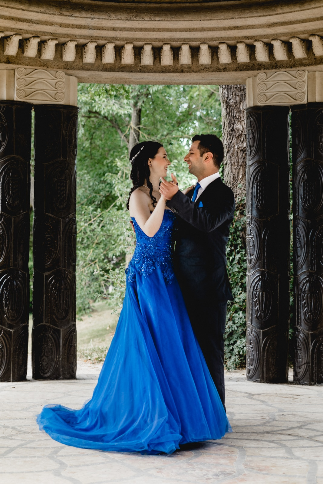 Bräutigam tanzt mit seiner Braut und beide lachen
