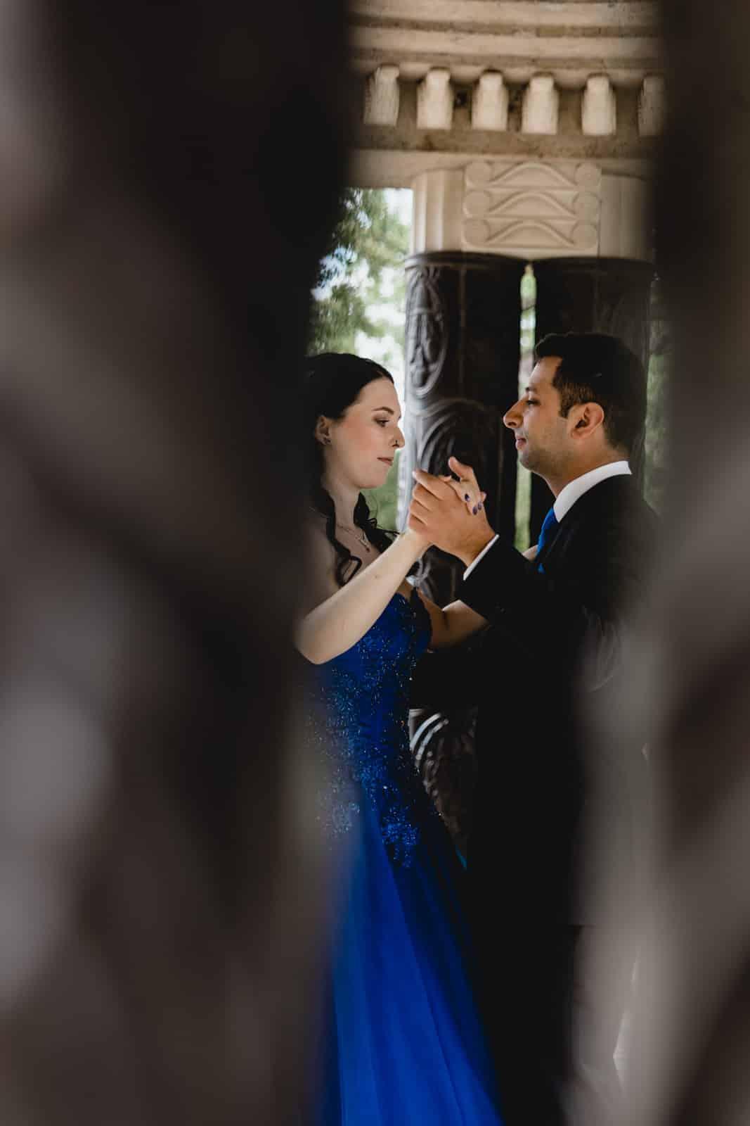 Bräutigam tanzt mit seiner Braut konzentriert