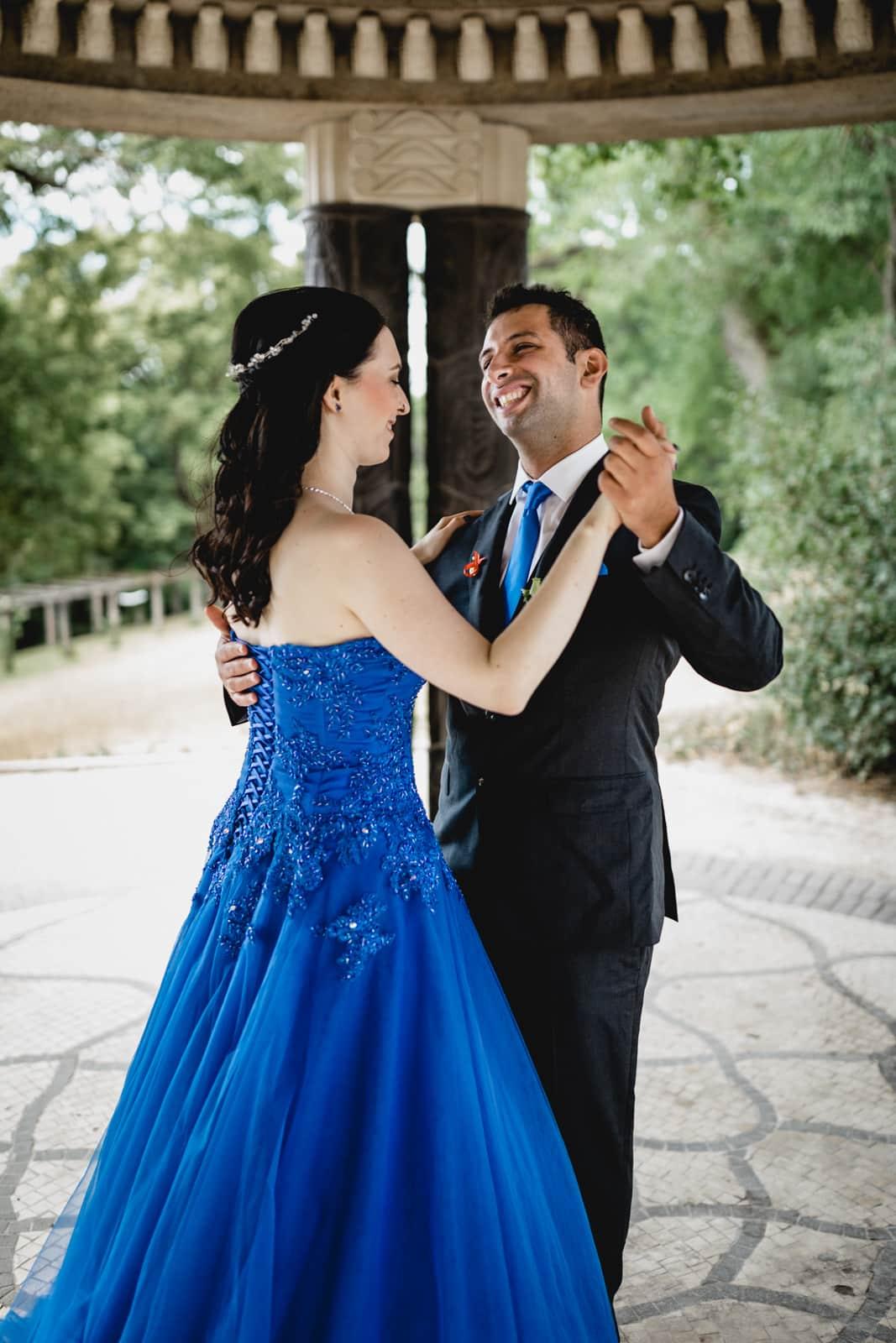 Bräutigam tanzt mit seiner Braut und lacht