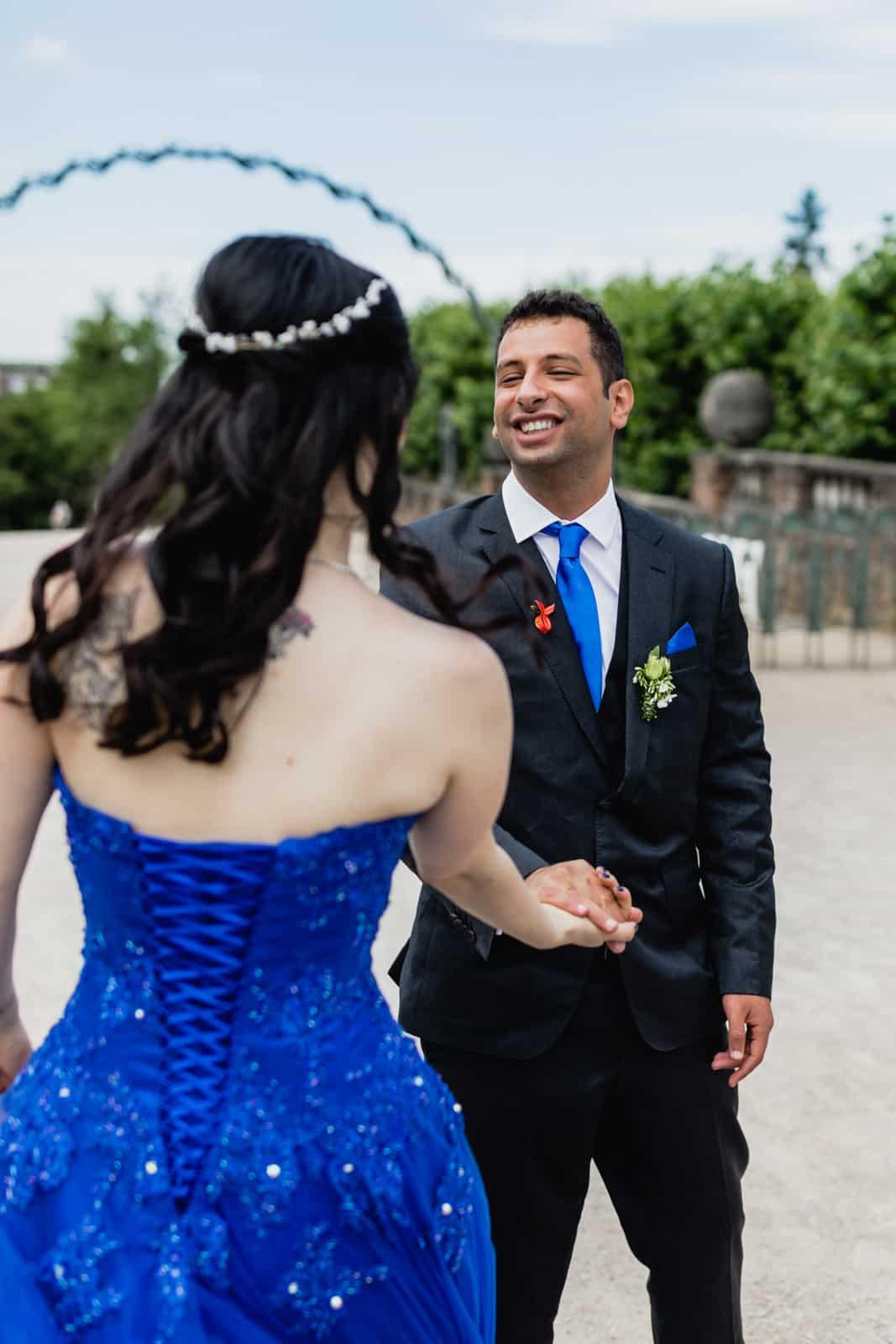 Braut und Bräutigam tanzen zusammen auf der Mathildenhöhe in Darmstadt