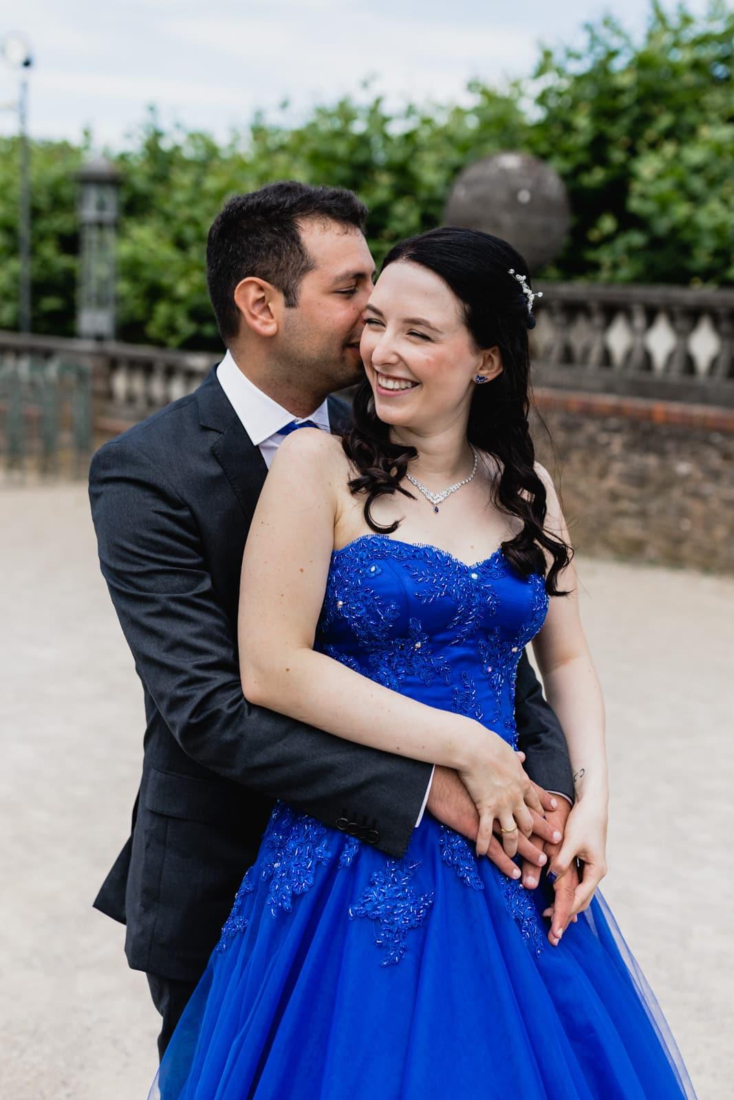 Mann und Frau tanzen auf der Mathildenhöhe in Darmstadt