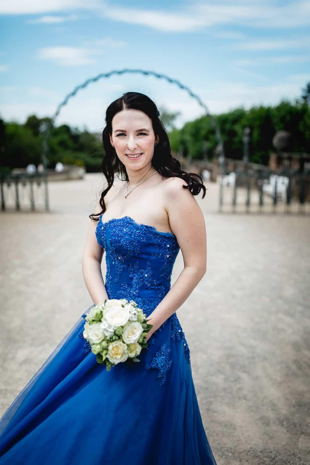 Braut im blauen Brautkleid auf der Mathildenhöhe Darmstadt