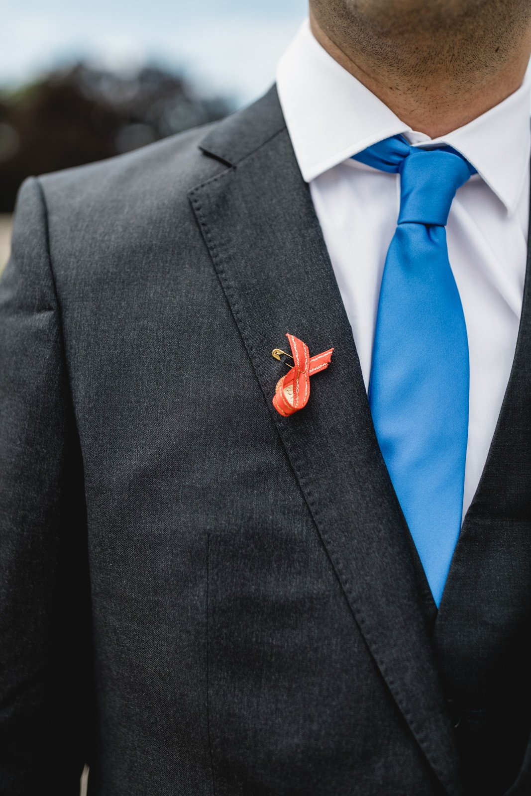 Pin auf dem Hochzeitsanzug nach türkischer Tradition