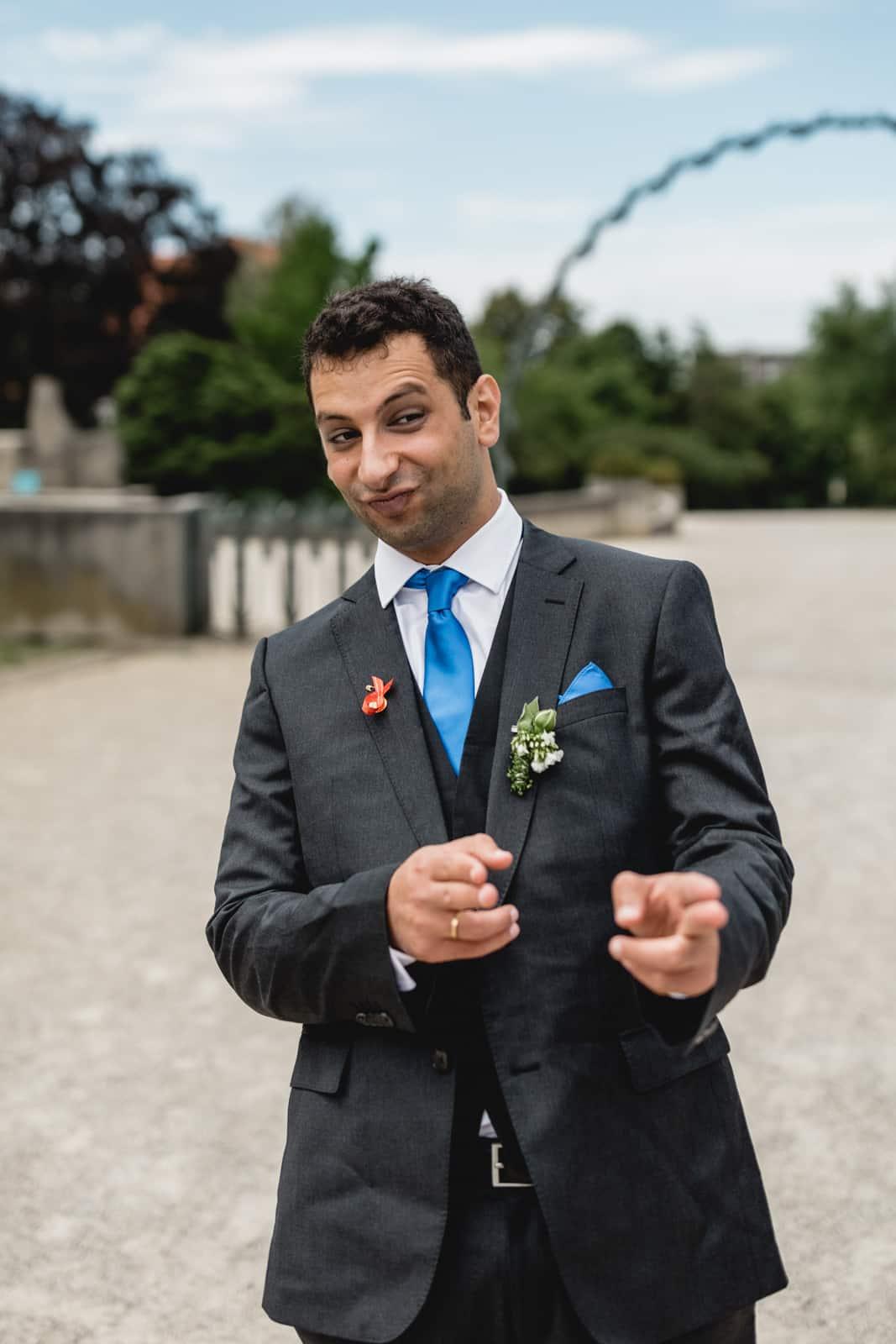 Bräutigam macht witzige Pose rüber zu seiner Frau