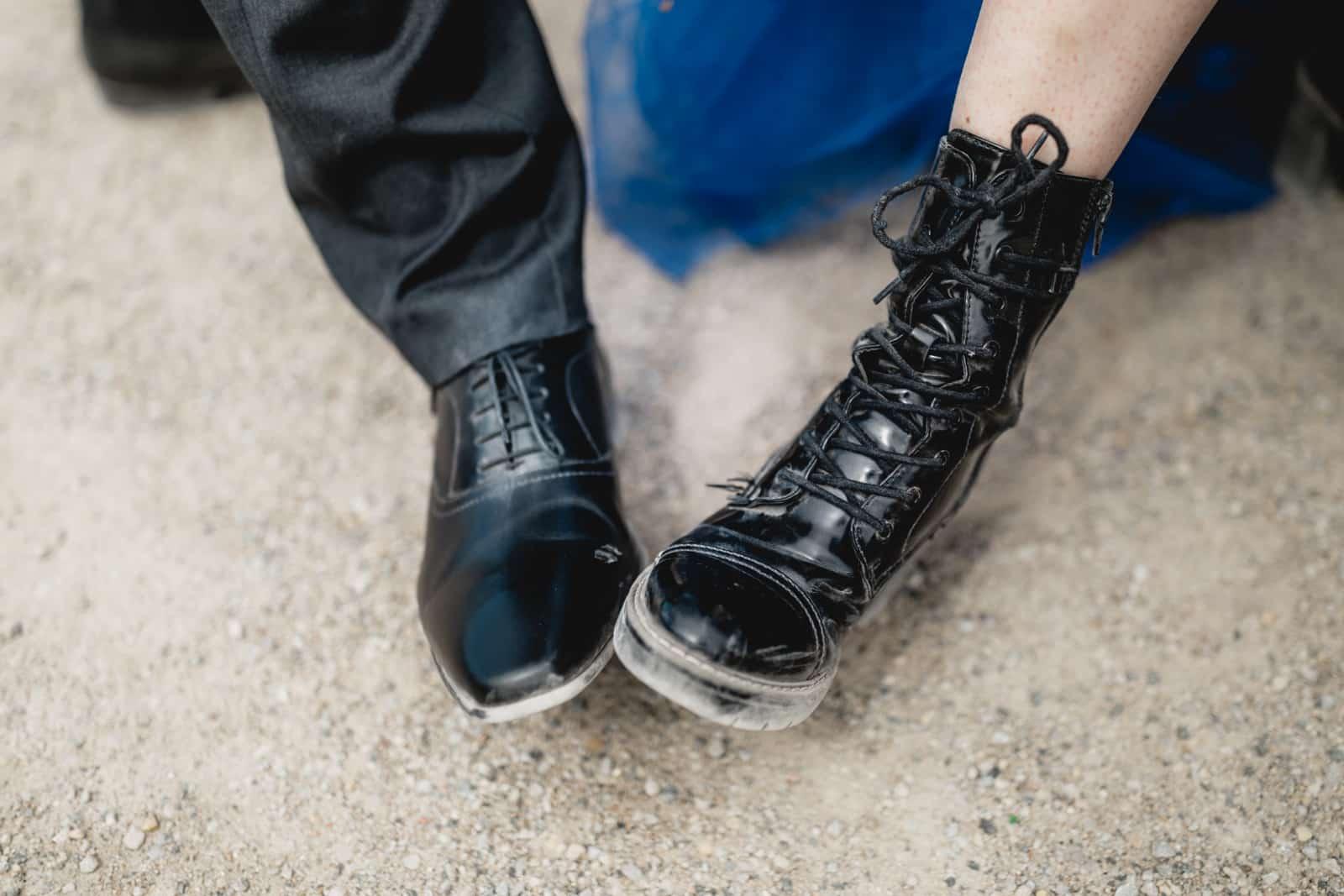 Braut in blau und ihr Mann zeigen ihre Schuhe auf der Mathildenhöhe in Darmstadt