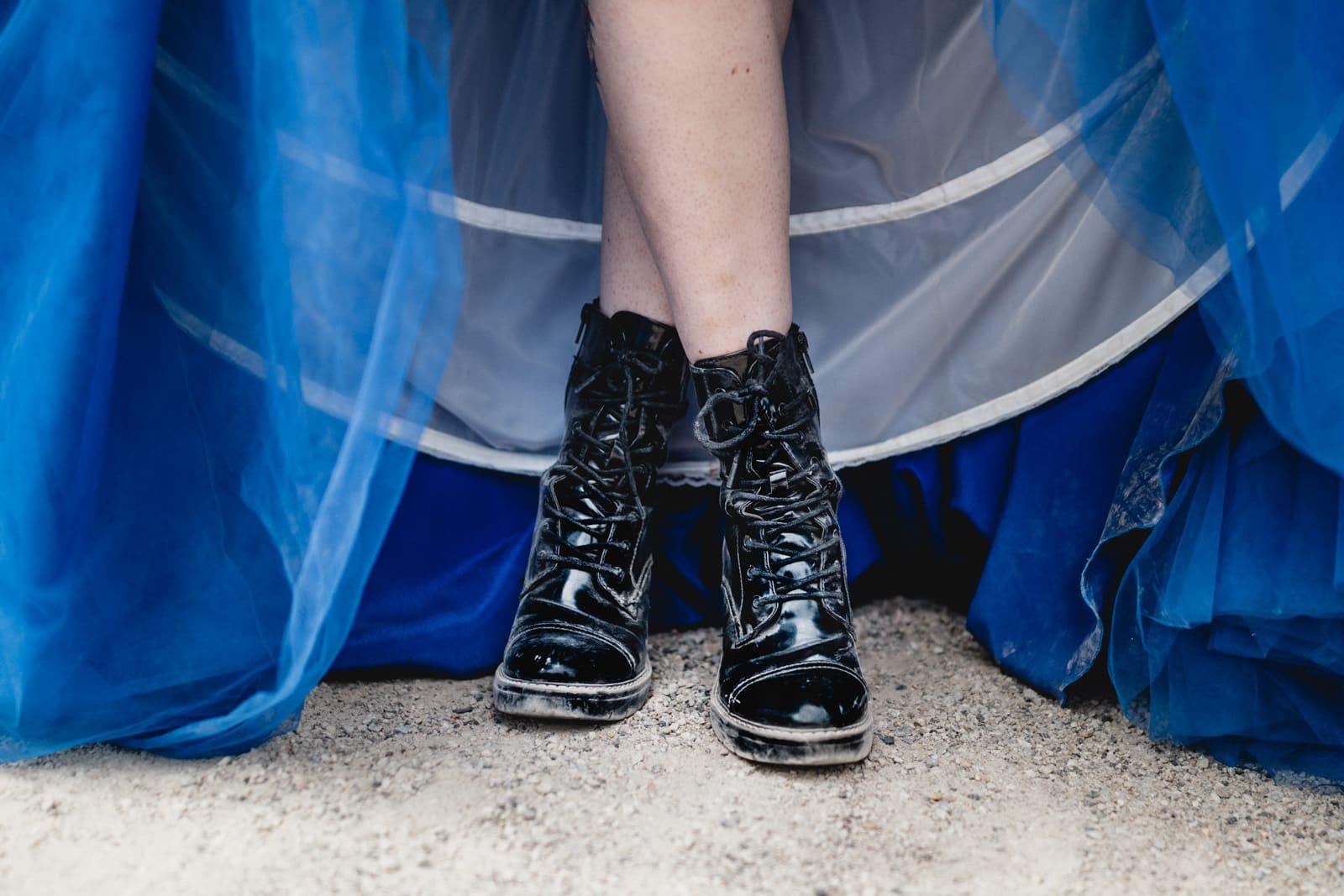 Braut in blau und ihre schwarzen Stiefel auf der Mathildenhöhe in Darmstadt
