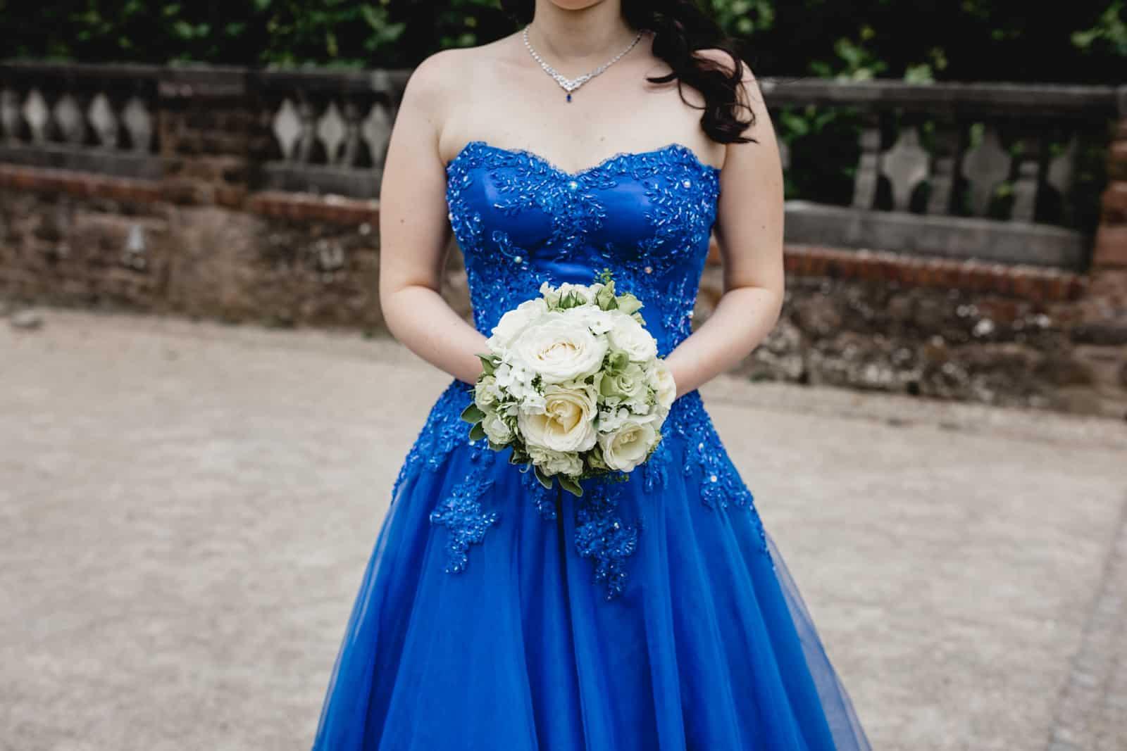 Braut in blau und ihr Brautstrauss auf der Mathildenhöhe in Darmstadt