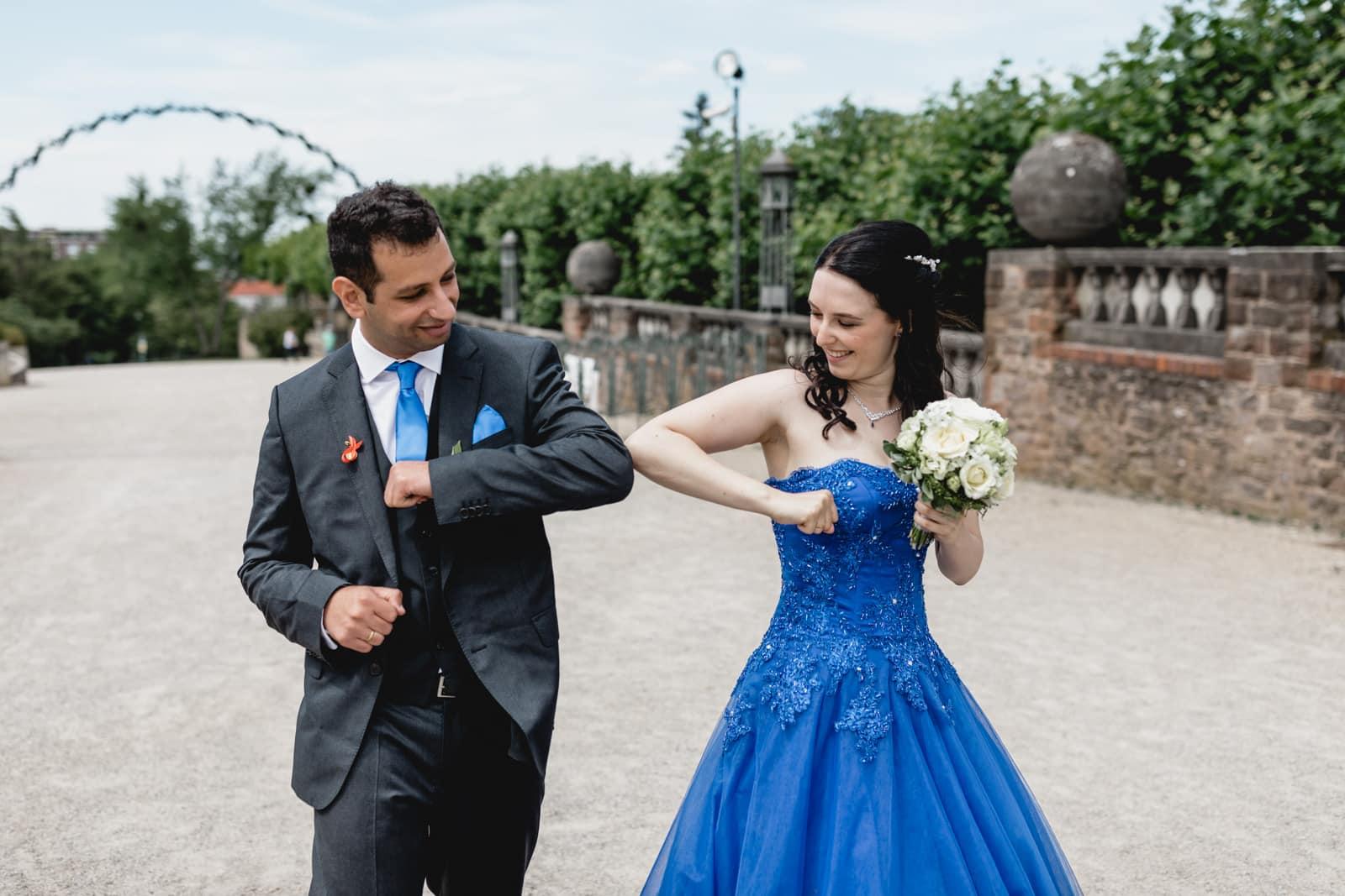 Braut in blau und ihr Mann machen einen Ellbogen check auf der Mathildenhöhe Darmstadt
