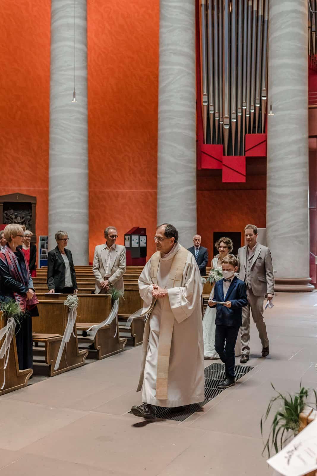 Einlaufen des Brautpaares mit Pfarrer in der St. Ludwig Kirche in Darmstadt.