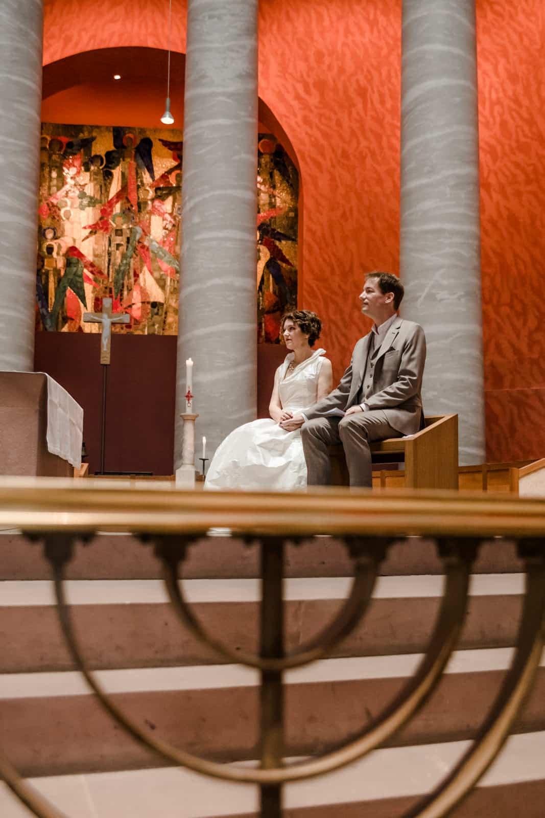 Brautpaar während ihrer Trauung in der St. Ludwig Kirche in Darmstadt.