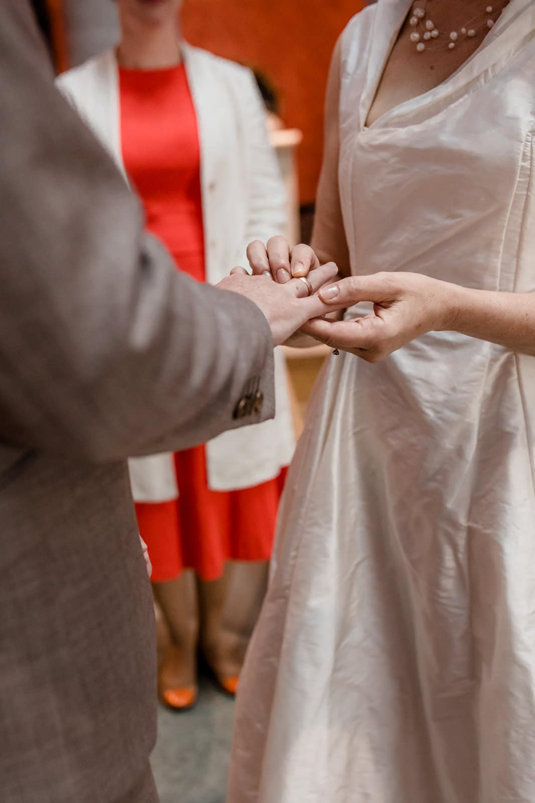 Frau zieht ihrem Mann den Ring auf den Finger in der St. Ludwig Kirche in Darmstadt.