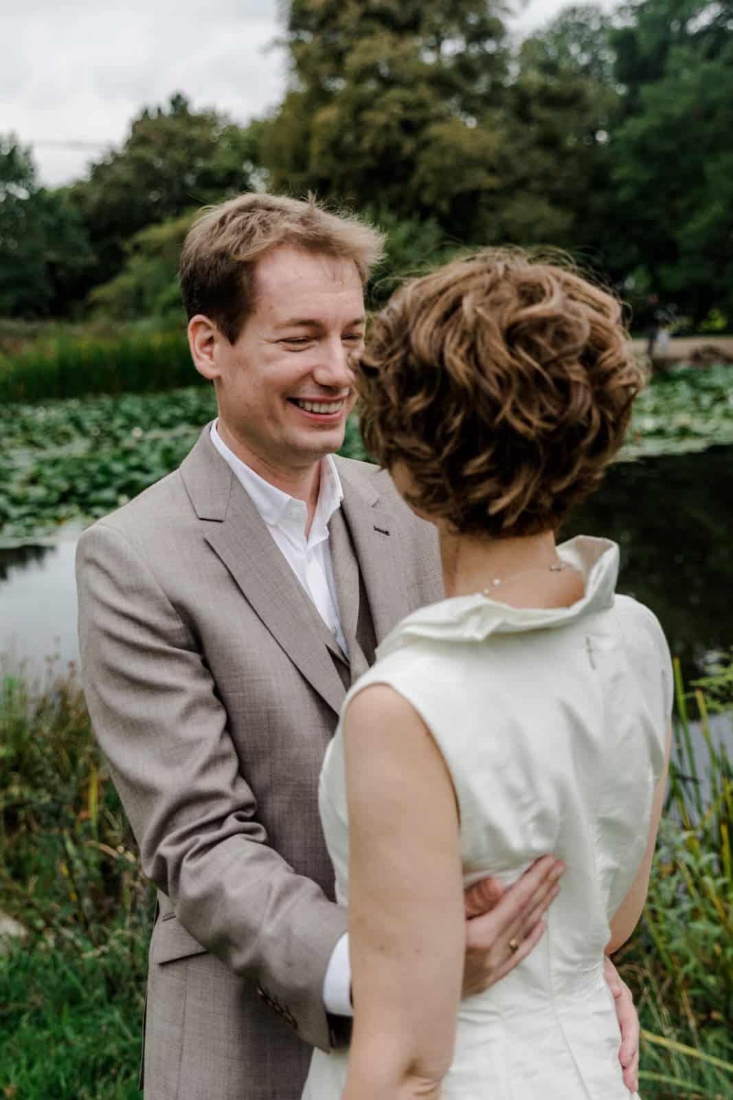 Brautpaar tanzt im Park des Prinz-Emil-Schlösschen in Darmstadt und Bräutigam lacht seine Frau an.