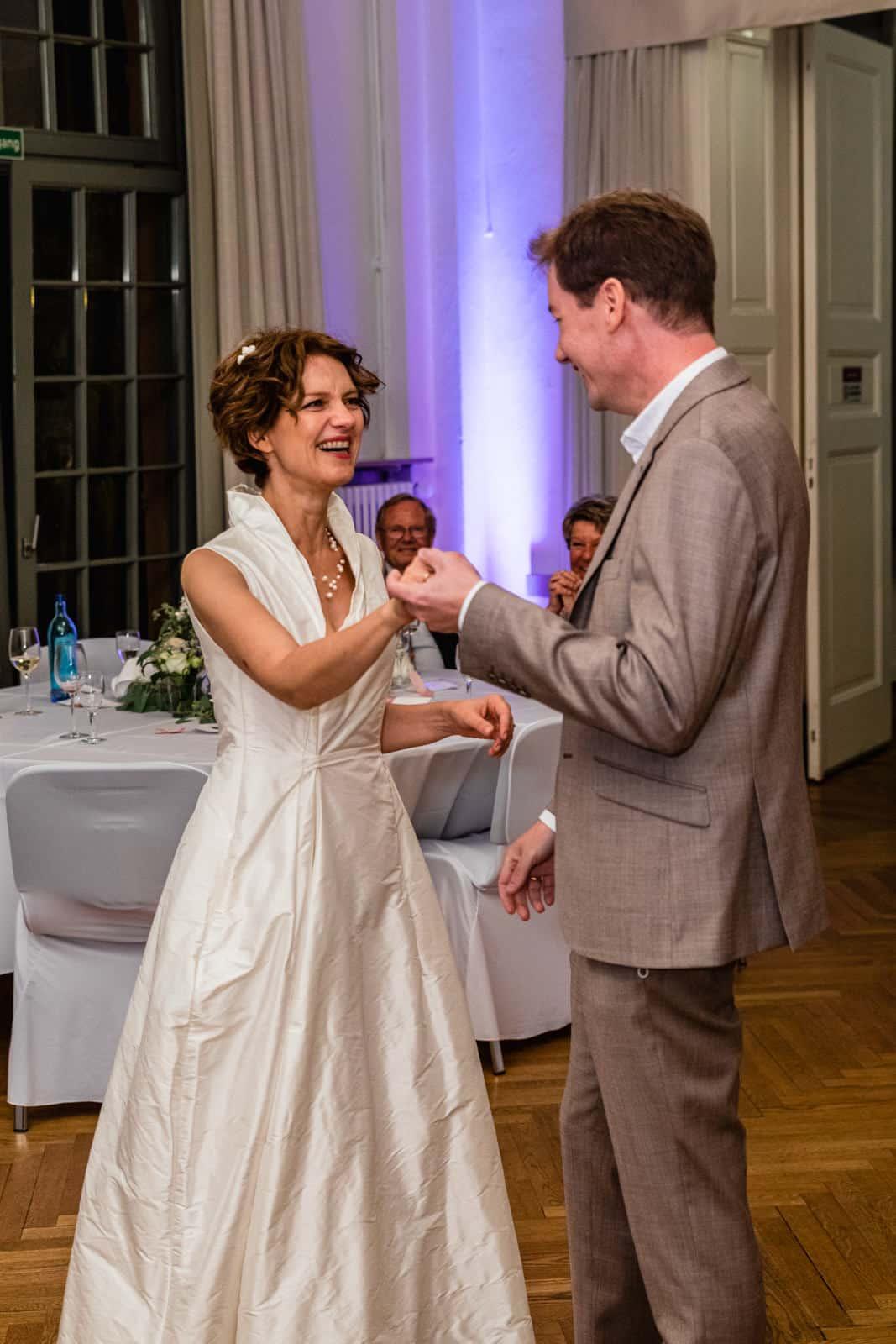 Brautpaar tanzt ihren Brauttanz im Prinz-Emil-Schlösschen in Darmstadt.
