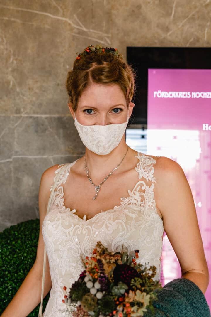 Braut mit Mundschutz