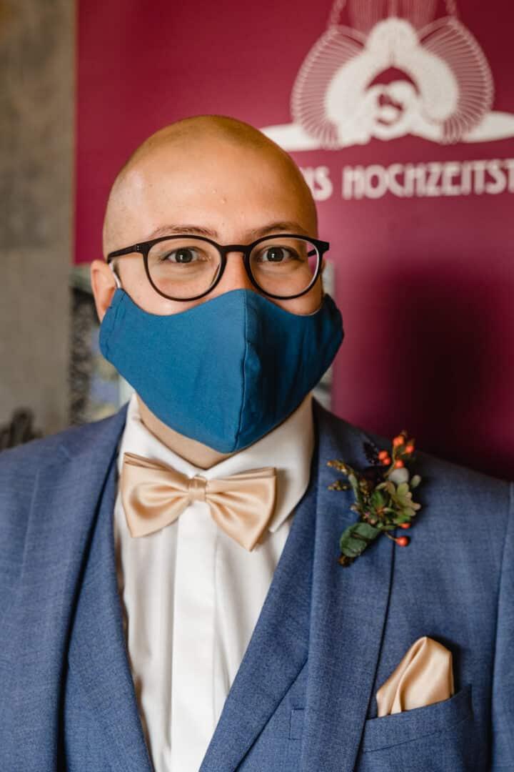 Bräutigam mit blauem Mundschutz