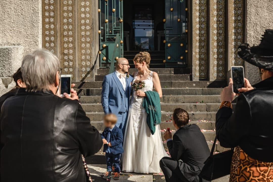 Brautpaar steht vor den Treppen des Hochzeitsturm Darmstadt