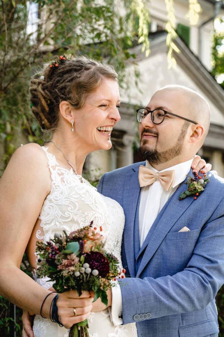 Braut lacht ihren Mann an beim Shooting
