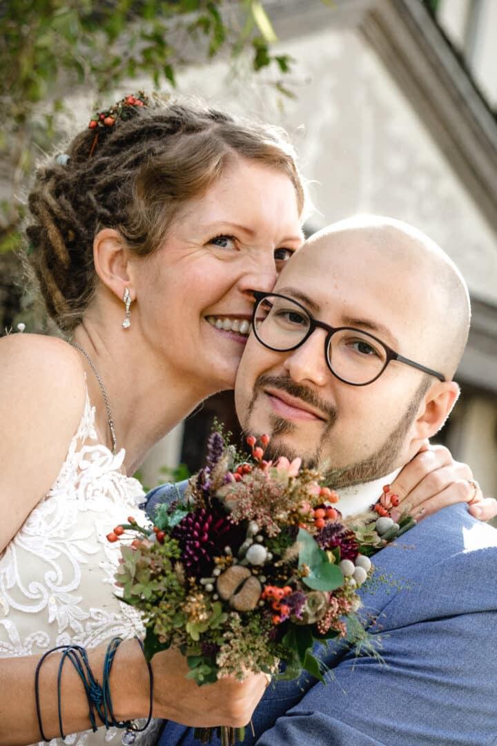 braut und bräutigam posen für ein foto