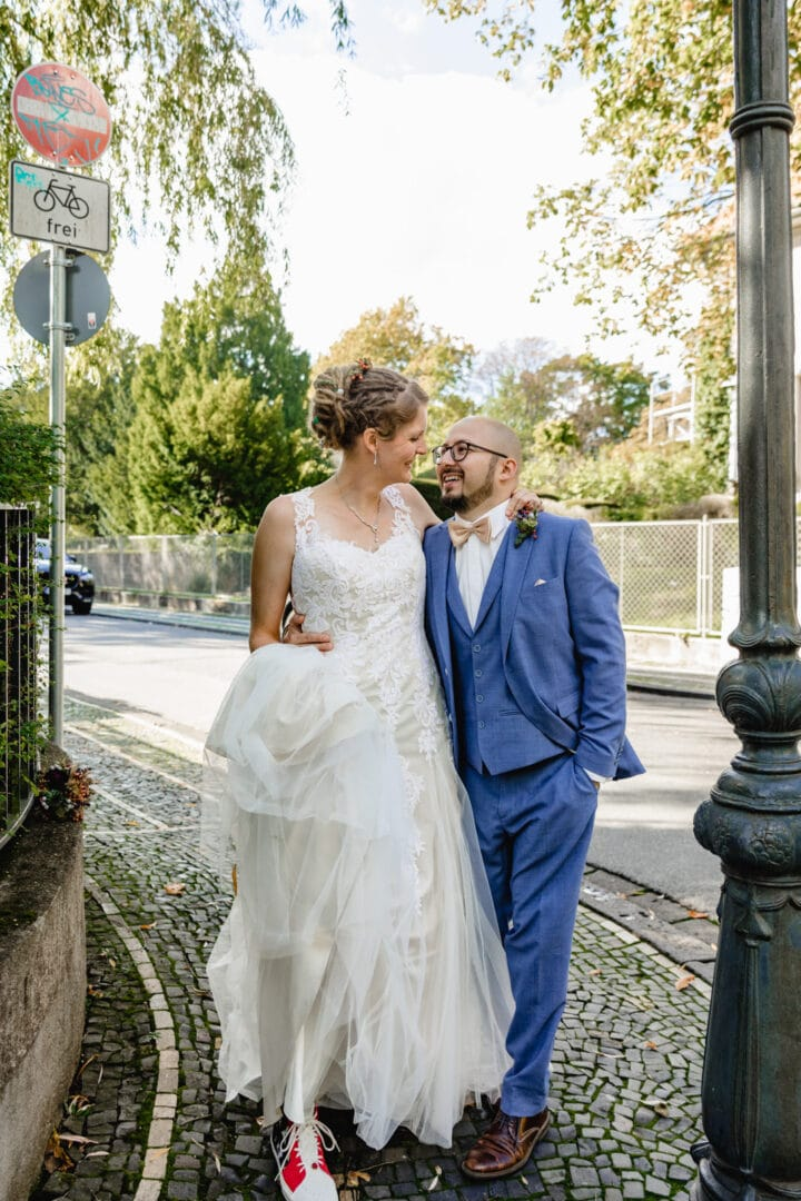 Brautpaar schlendert die Straßen in Darmstadt entlang