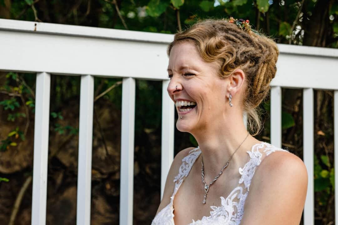 Braut lacht herzlich