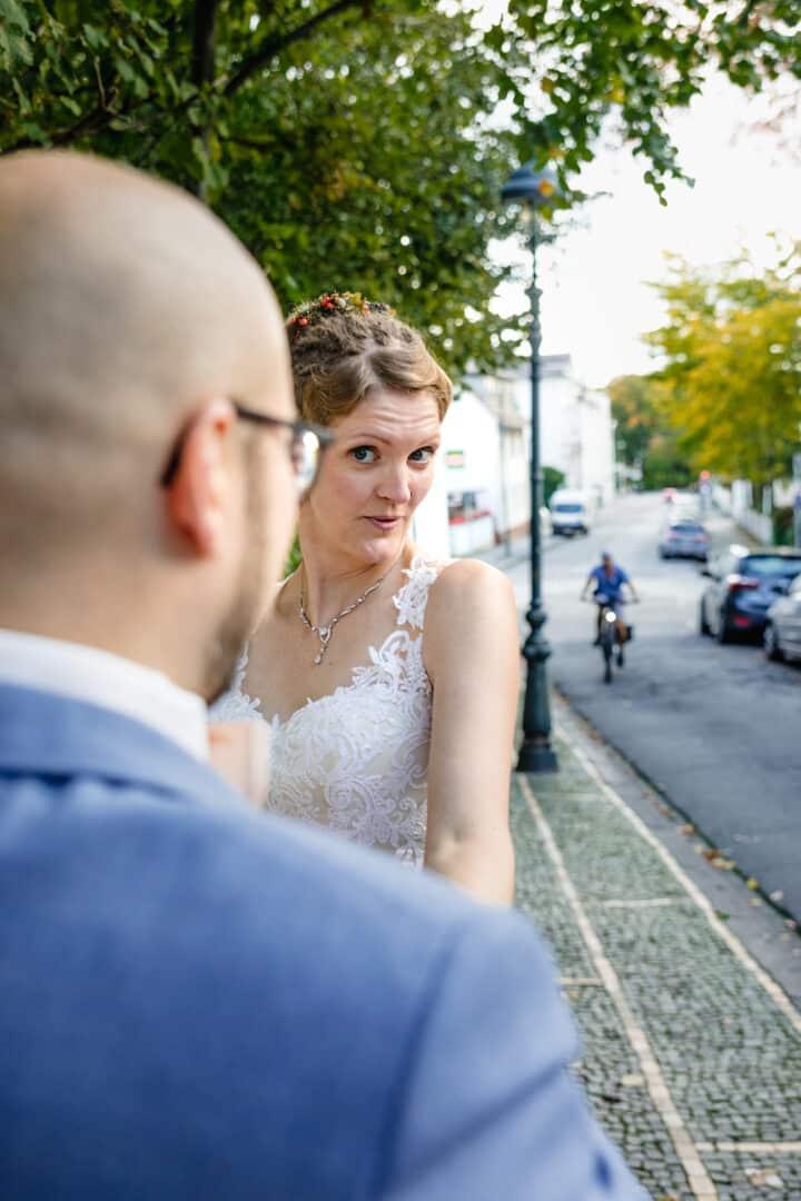 Braut tanzt mit Bräutigam auf Straße in Darmstadt