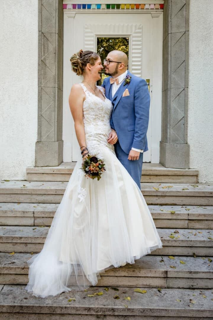 Brautpaar post auf Treppe des Haus Martinus im Vortex Garten