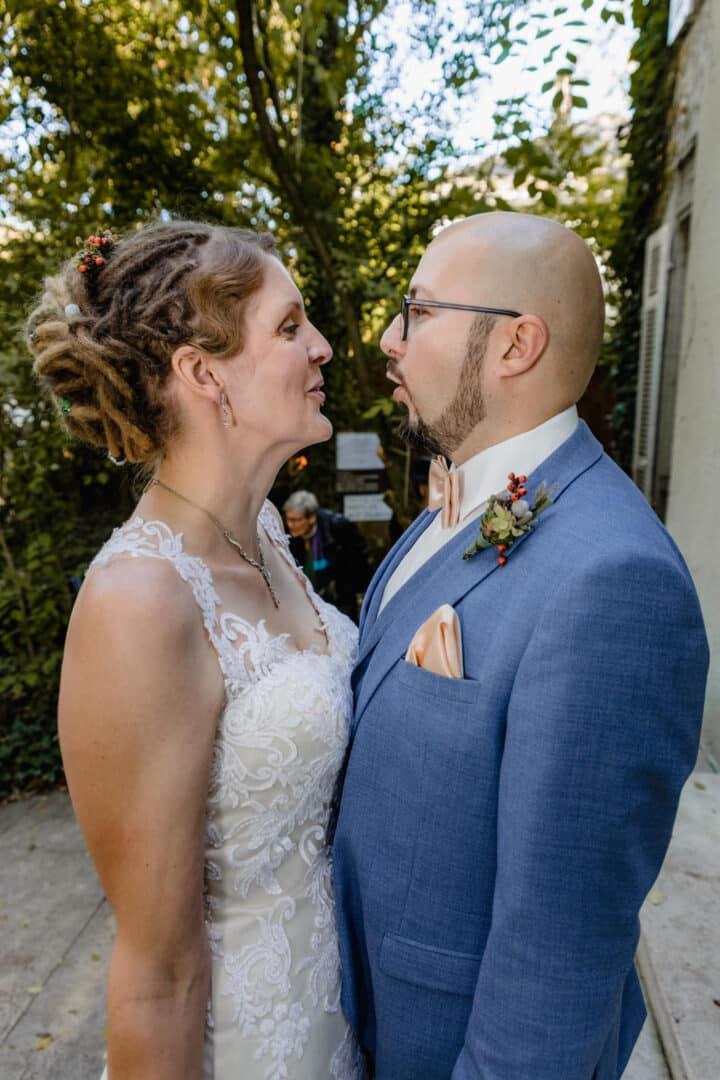 Brautpaar steht zugewandt zueinander und sagt etwas