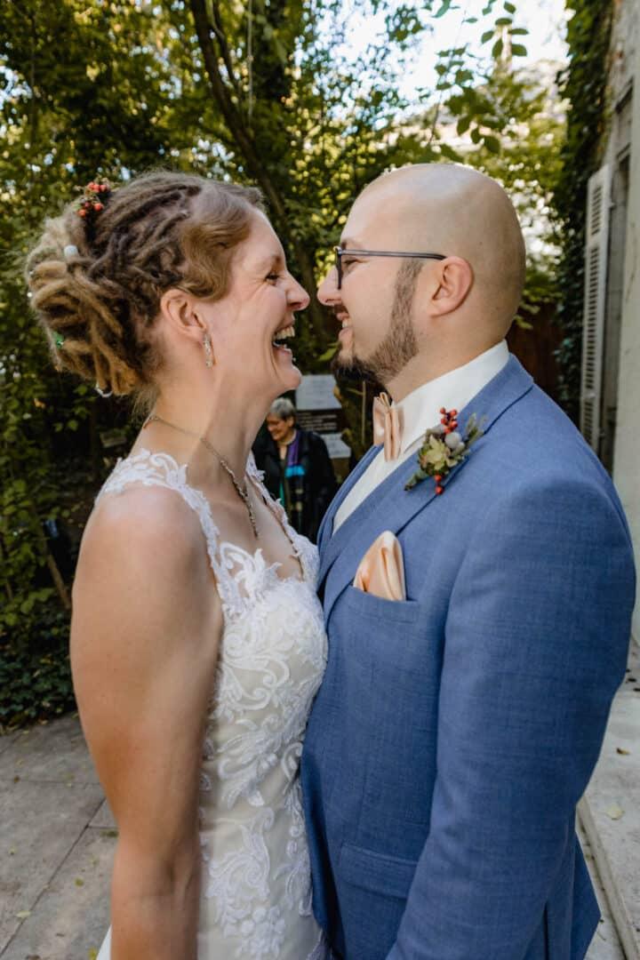 Brautpaar lacht weil sie beide das gleiche gesagt haben